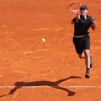 Tenista na antuke hrajúci s tenisovým trénerom