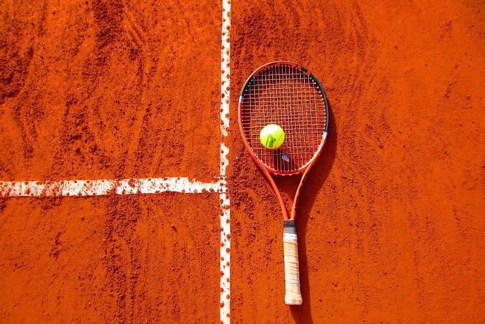 Tenis tréner so zverencom na antuke
