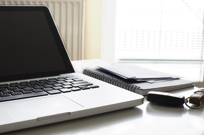 Kancelářský stůl musí mít místo na laptop